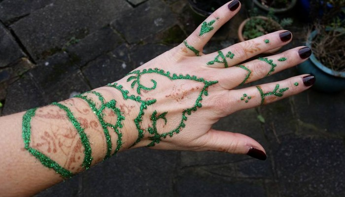 Some hints and tips from Henna Artist, Emma De Mornay Davies: